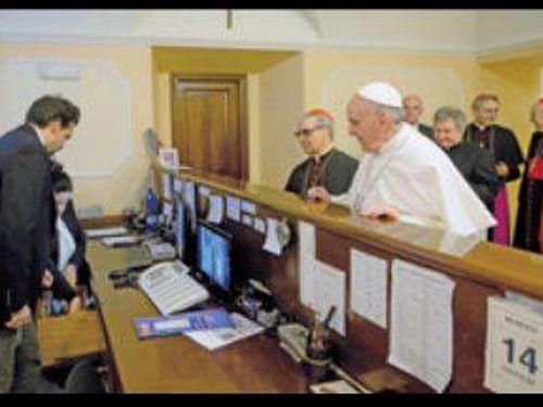 Foto del Papa pagando el hospedaje